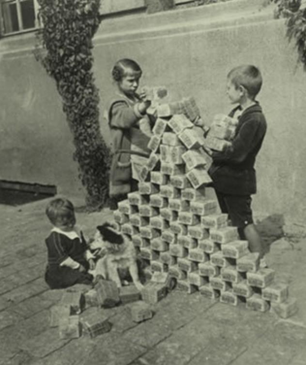 비스마르크 이후 1차 세계대전에서 패한 독일은 곧 찾아온 hyperinflation 으로 암울한 시기를 보냈다. 사진은 어린아이들이 가치를 잃어버린 화폐를 가지고 노는 모습.